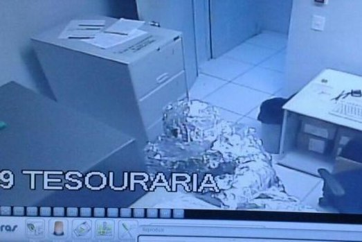 Security cameras at a Banco do Brasil branch in Praia Grande recorded two attempted burglars dressed entirely in aluminum foil in an attempt to disguise themselves from the facility's alarm system. Photo courtesy of the Policia Militar