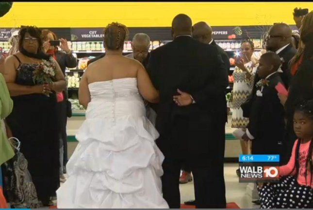 A Georgia couple held their wedding at a grocery store on Thanksgiving to celebrate where their relationship began. Screenshot: WALB-TV