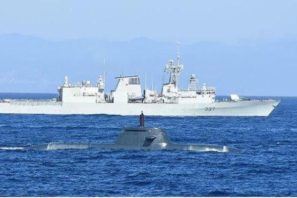 The Turkish frigate TCG Salihreis escorts a Turkish submarine to Dynamic Manta 2021, an NATO exercise in Sicily. Photo courtesy of Anadolu Agency