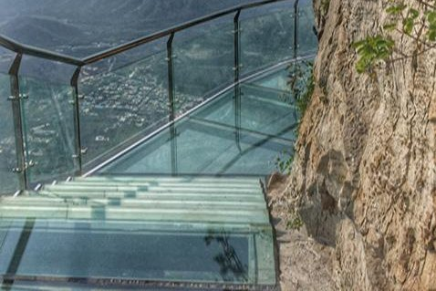 The 3,540-foot-high glass walkway on Yuntai Mountain in Henan Province. The walkway cracked Monday when a tourist dropped a stainless steel mug. Photo courtesy Yuntai Mountain Scenic Spot