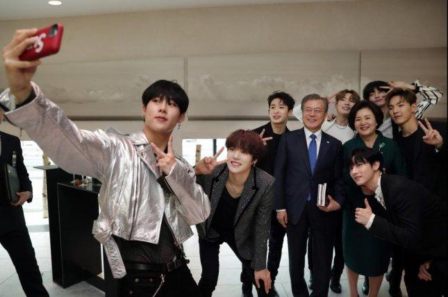 Members of K-pop boy band Monsta X take a selfie with South Korean President Moon Jae-in. The group performed in Norway this week, where Moon was also visiting. Photo by Yonhap