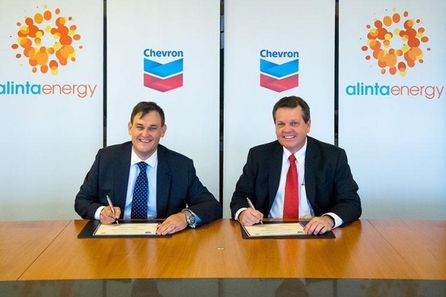 Chevron Australia Managing Director Roy Krzywosinski (R) signs gas sales agreement with Jeff Dimery, the CEO of regional utility company Alinta Energy. Photo courtesy of Alinta Energy