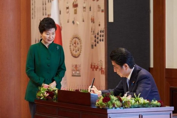 South Korean President Park Geun-hye, on left, and Japanese Prime Minister Shinzo Abe had agreed on Nov. 2 to reach a settlement on the issue of Korean comfort women, but North Korea said on Friday Pyongyang should be included in the resolution. Photo courtesy of Republic of Korea Blue House