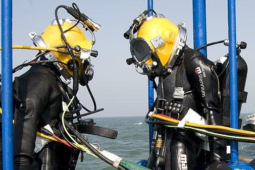 Recovery divers from South Korea (L) and the United States (R) during a joint dive training exercise, pictured in 2010. (UPI/U.S. Navy/Byron C. Linder)