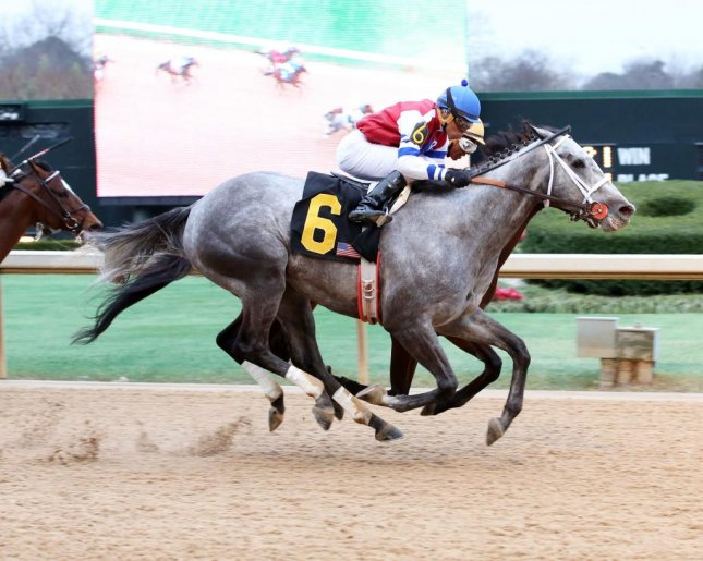 Street Strategy (6) edges Departing to win Saturday's Fifth Season Stakes at Oaklawn Park. (Oaklawn Photo)