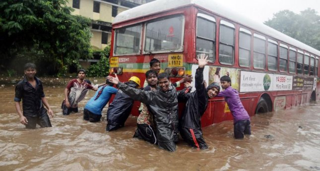 India floods: Toddlers killed in Mumbai rains