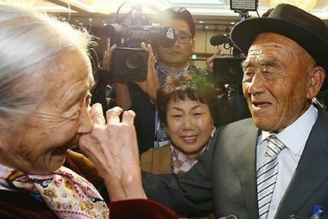 Lee Soon-kyu, left, 85, one of 400 South Koreans who have family members in North Korea, is reunited with her 83-year-old husband, Oh In-se, at a resort on Mount Kumgang in North Korea. From Oct. 20-22, selected North Koreans are to meet with their separated families. Photo by Yonhap