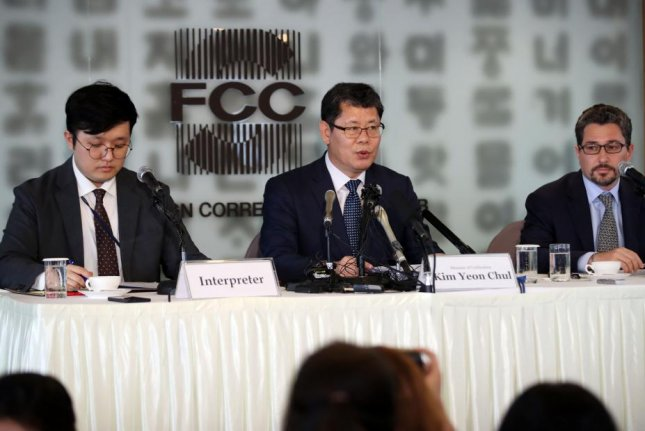 South Korean Unification Minister Kim Yeon-chul (C) speaks during a meeting with foreign correspondents at the Foreign Correspondents' Club in Seoul. Photo by Yonhap