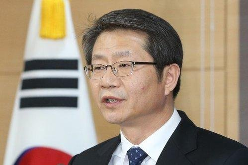 South Korean Unification Minister Ryoo Kihl-jae speaks to reporters in Seoul on Jan. 1, 2015. Yonhap News