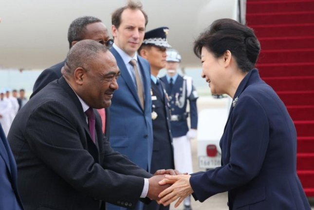 South Korean President Park Geun-hye exchanges greetings with an unidentified foreign diplomat in Seoul, prior to embarking on a state visit to Ethiopia, Uganda and Kenya. Photo Courtesy of Republic of Korea/Blue House