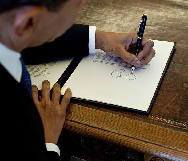 Barack Obama signing with his left hand. Photo by Pete Souza/White House