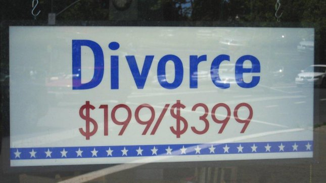 Divorce bargain sign in storefront window. (CC/Banjo D)