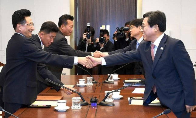 Jeon Choong-ryul (R), secretary general of the Korean Sport and Olympic Committee in Seoul, shakes hands with North Korean Vice Sports Minister Won Kil-u prior to their talks on sports exchanges at the truce village of Panmunjom on Monday. Photo by Yonhap