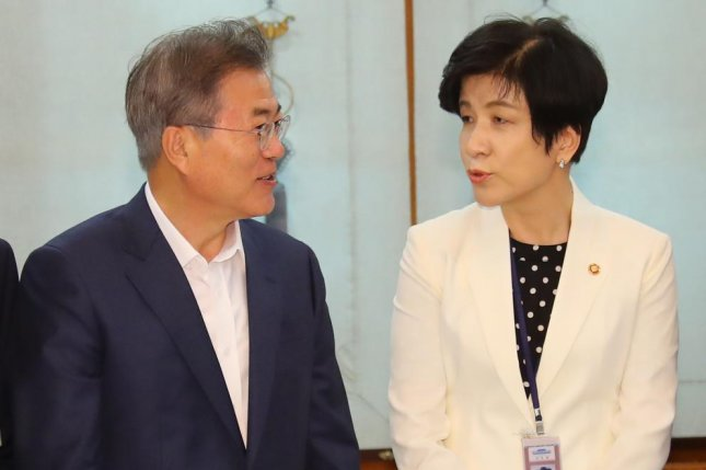 Seoul's Labor Minister Kim Young-joo (R) speaks to President Moon Jae-in (L) during a financial strategy session at the presidential Blue House in May. File Photo by Yonhap