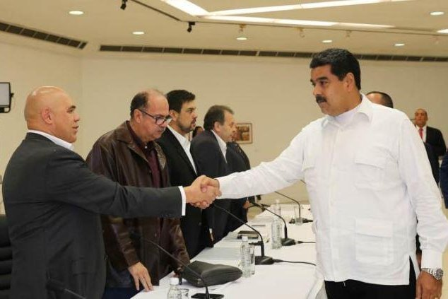 Democratic Unity Roundtable, or MUD, opposition leader Jesus Chuo Torrealba shook hands with Venezuelan President Nicolas Maduro on Sunday at the start of crisis-related talks held in Caracas that are being overseen by a representative from the Vatican. Photo courtesy of Prensa Presidencial