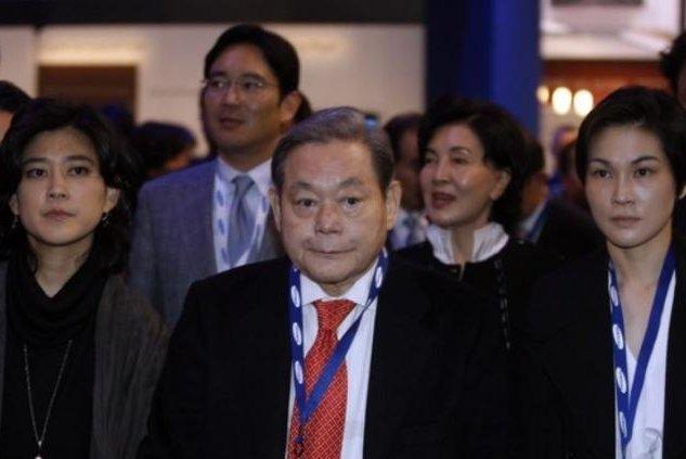 Former Samsung Group Chairman Lee Kun-hee (C) and his family members took part in the Consumer Electronics Show in 2010 in the United States. File Photo courtesy of Samsung Group
