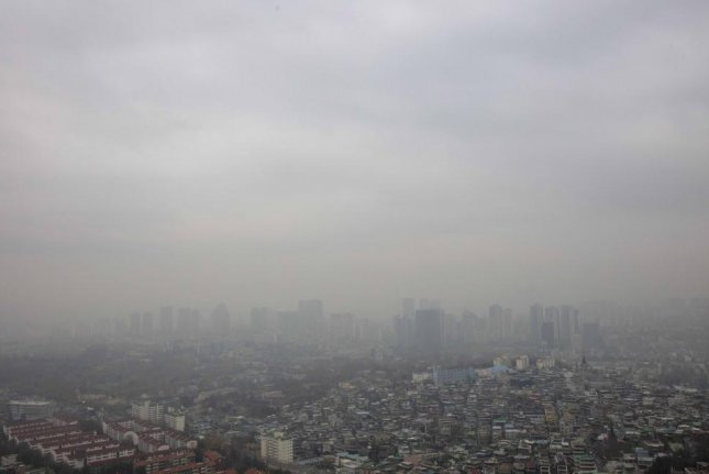 Fine dust blurs the sky over Seoul, seen from Mount Nam downtown, on Tuesday. The weather agency forecast yellow dust from China will worsen the air quality, mostly in the western parts of the country, starting in the afternoon. Photo by Yonhap