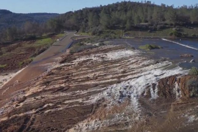 Officials evacuate 180,000 near Oroville Dam in California