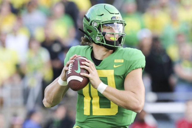 aae2ee29b Oregon Ducks QB Justin Herbert to return for 2019 season - UPI.com