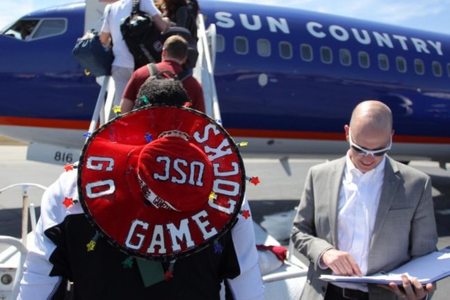 The University of South Carolina basketball team boards a plane for Phoenix. (GamecockMBB/Twitter)