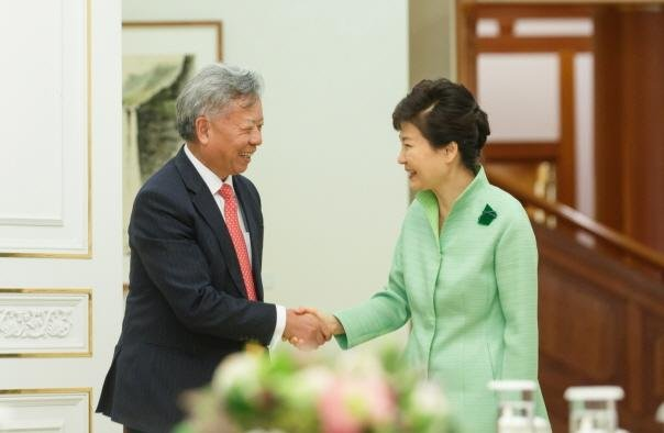 South Korean President Park Geun-hye, on right, met with Jin Liqun, president-designate of the Asian Infrastructure Investment Bank in Seoul on Thursday. Photo courtesy of Republic of Korea Blue House