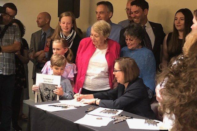 Gov. Brown signs bill requiring Oregon schools to teach about Holocaust