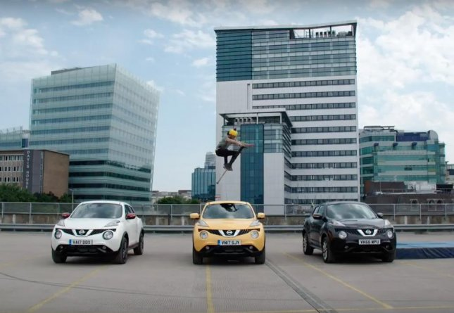 Profesional pogo stick performer Dalton Smith set a Guinness World Record by leaping over three Nissan Jukes on top of a roof in London. 