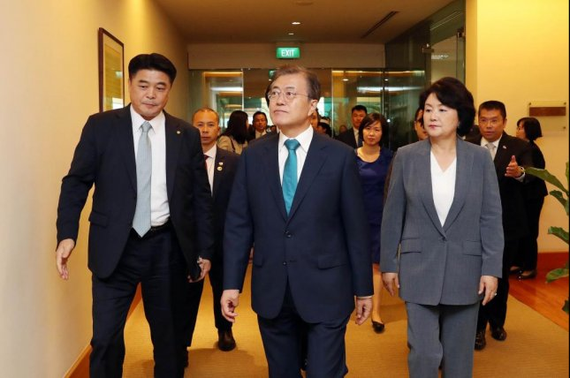 President Moon Jae-in (C) arrives at Singapore's Changi Airport on July 11, 2018, for a three-day state visit that will include a summit with Prime Minister Lee Hsien Loong. Photo by Yonhap