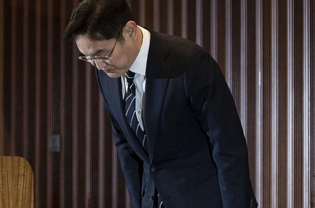 Samsung Electronics Vice Chairman Lee Jae-yong bows in apology during a press conference at the company's office in Seoul on Wednesday. Photo by Jeong Byung-hyuk/UPI News Korea