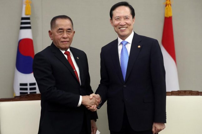 South Korean Defense Minister Song Young-moo (R) poses with his visiting Indonesian counterpart Ryamizard Ryacudu prior to their talks at the Defense Ministry in Seoul on Tuesday. Photo by Yonhap