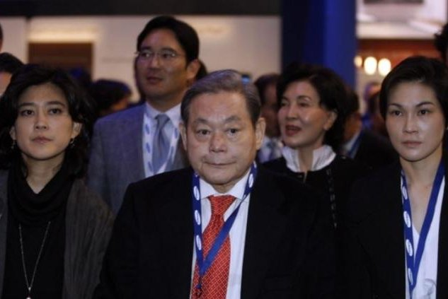 After Samsung Group Chairman Lee Kun-hee (C) died in October, his son Lee Jae-yong (L, second row) became the richest South Korean businessman in terms of stock wealth, followed by Lee Kun-hee's wife, second from left in the second row, and his two daughters on his flank. Photo courtesy of Samsung Group