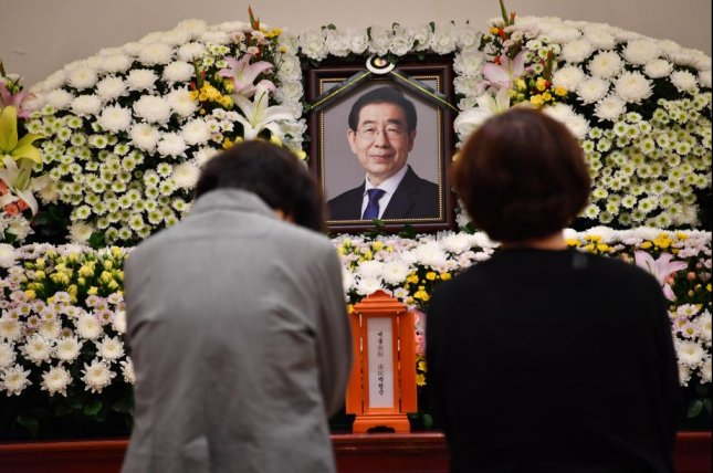 Mourners pay their respects to Seoul Mayor Park Won-soon on Friday at a private memorial at Seoul National University Hospital. Park was found dead on a mountain trail in northern Seoul just after midnight Friday. Photo courtesy of Seoul city government