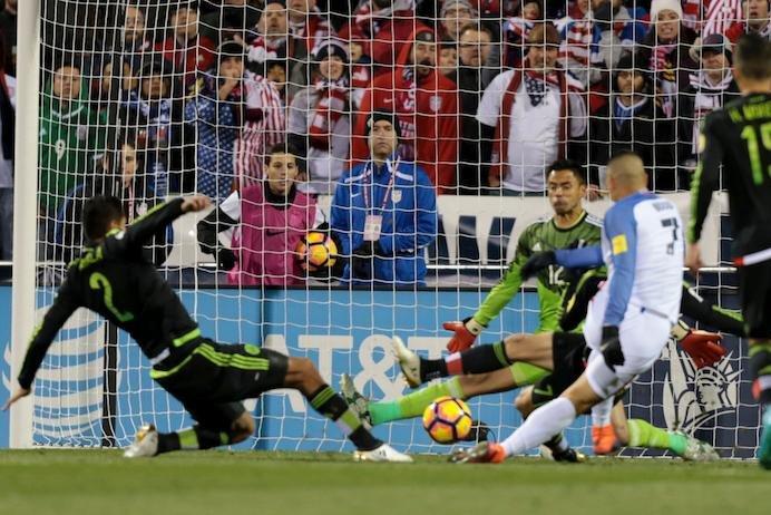 Bradley's early goal helps USA tie Mexico, 1-1