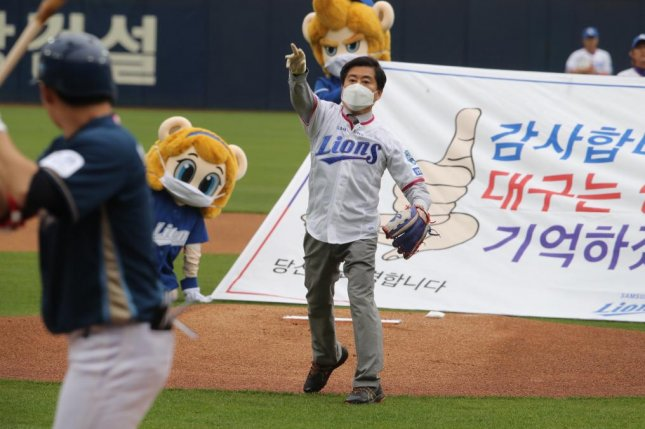 Lee Seong-gu, head of the Daegu Medical Association, throws out the first pitch at the Opening Day KBO game between the Samsung Lions and the NC Dinos on Tuesday afternoon. Photo courtesy of Samsung Lions