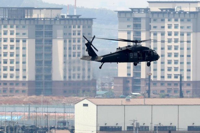 A UH-60 chopper returns to the U.S. army base Camp Humphreys in Pyeongtaek, south of Seoul, after a training on Thursday, one day ahead of the Inter-Korean Summit. Photo by Yonhap