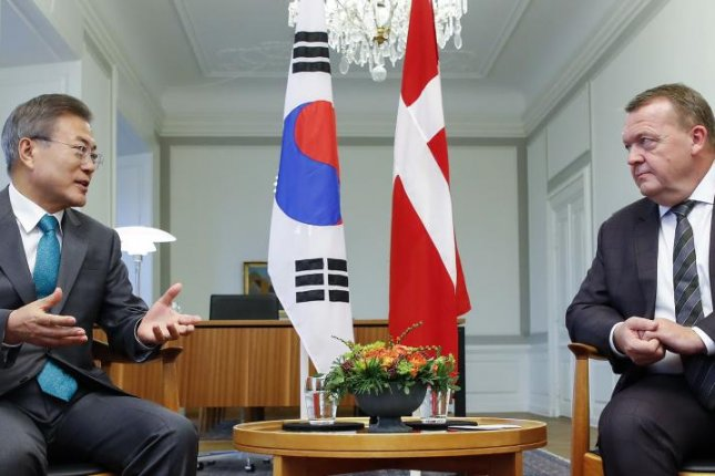 South Korean President Moon Jae-in (L) and Danish Prime Minister Lars Lokke Rasmussen meet at a summit in Copenhagen on Saturday. Photo by Yonhap