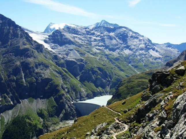 A study in Switzerland, where hydropower from sources such as the Mauvoisin Dam are responsible for a significant amount of electricity, found consumers are willing to pay a bit more for renewable energy sources if it is the default option. Photo by 4000er/Wikimedia