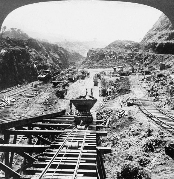 The Panama Canal under construction in 1907 (Library of Congress).