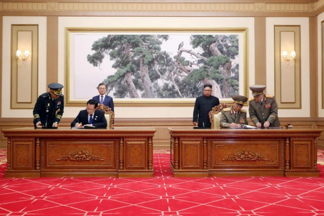 South Korean Defense Minister Song Young-moo (L) and his North Korean counterpart No Kwang-chol sign a comprehensive inter-Korean military agreement in Pyongyang, North Korea, on Wednesday. Photo by Pyeongyang Press Corps