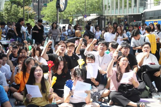 People call for an apology and compensation from Japan for its past sexual enslavement of Korean women at the 1,349st weekly rally in front of the Japanese Embassy in Seoul despite baking heat on Aug. 22. Some 200,000 women, mostly Koreans, are estimated to have been forced to serve the Japanese army in front-line brothels during World War II. They are euphemistically called comfort women. Photo by Yonhap