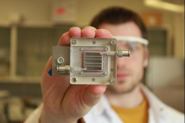 The new device features two chambers and membrane. Air is purified in one chamber while hydrogen gas is produced in the other. Photo by University of Leuven/University of Antwerp