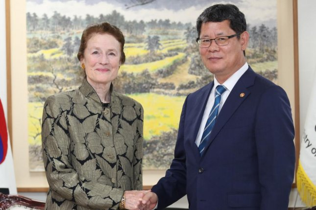 UNICEF chief Henrietta Fore meets with South Korean Unification Minister Kim Yeon-chul (R) on Monday. Photo by Yonhap/EPA-EFE