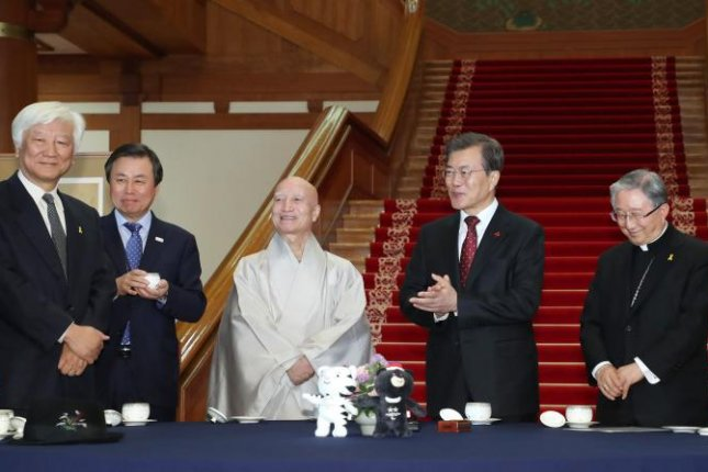 President Moon Jae-in (4th from R) talks with the leaders of the country's leading religions at the presidential office in Seoul on Wednesday. Photo by Yonhap