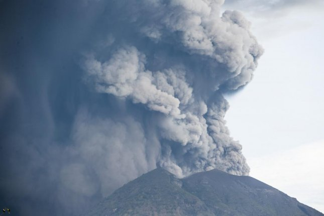 Thousands flee as Bali volcano threatens to erupt