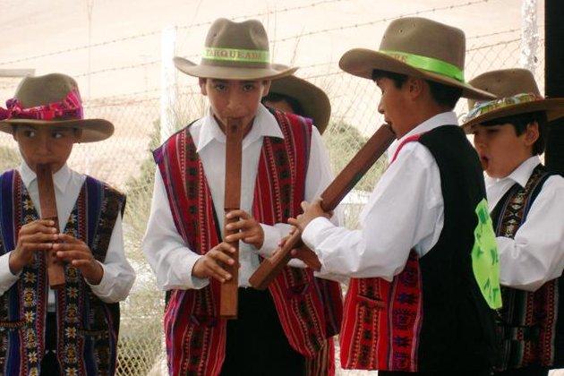 Bolivian children play the tarka in 2006. (CC/la leyla)