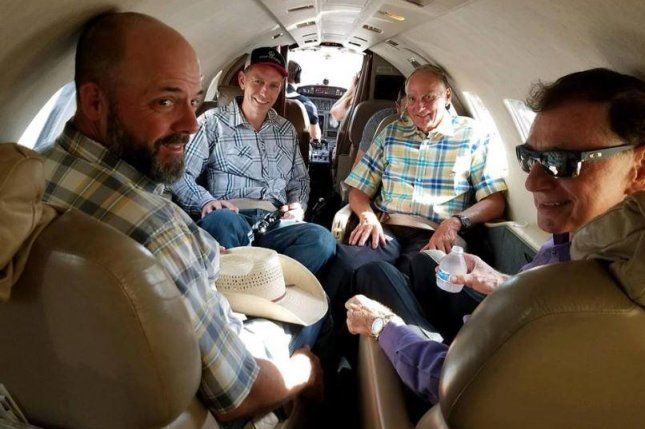 Pardoned Oregon ranchers leave prison, fly home in private
