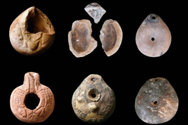 Oil lamps discovered near the lime kilns where the bodies of the plague victims were discovered. (F. Tiradritti/Associazione Culturale per lo Studio dell'Egitto e del Sudan ONLUS)