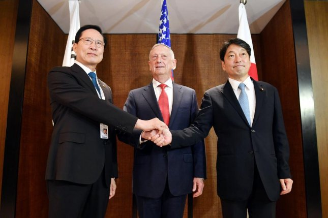 South Korean Defense Minister Song Young-moo (L), U.S. Secretary of Defense Jim Mattis (C) and their Japanese counterpart Itsunori Onodera pose for photos ahead of their talks in Singapore on June 3, 2018. Photo by Yonhap
