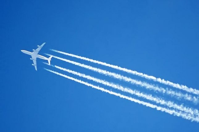 New research suggests airplanes could reduce their contrail emissions by altering the altitudes. Photo by Adrian Pingstone/Arpingstone/Wikimedia Commons
