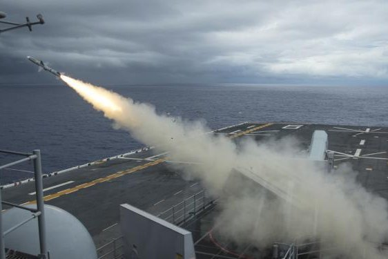 A SeaSparrow surface-to-air missile being test-fired from the amphibious assault ship USS Bonhomme Richard. Photo by Mass Communication Specialist 2nd Class Diana Quinlan/U.S. Navy